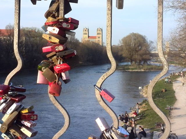 Wittelsbacher Brücke mit Liebesschlössern - Aussicht auf St. Maximilian