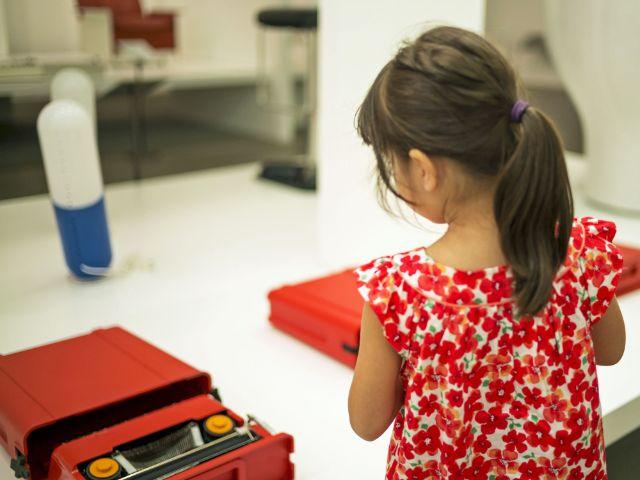 Kleines Mädchen in der Pinakothek der Moderne, Foto: Falk Kagelmacher
