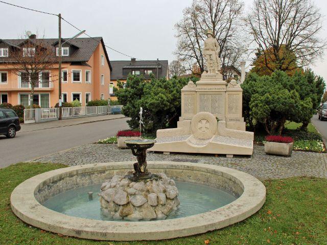 Kriegerdenkmal an der Strasse