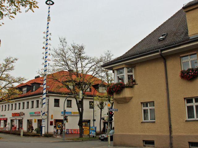 Historisches Zentrum von Feldmoching mit Maibaum