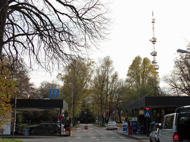 Einfahrt Bayerischer Rundfunk Freimann mit Sendeturm