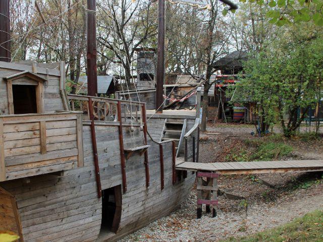 Holzschiff auf dem Abenteuerspielplatz ABIX, Foto: Christian Brunner