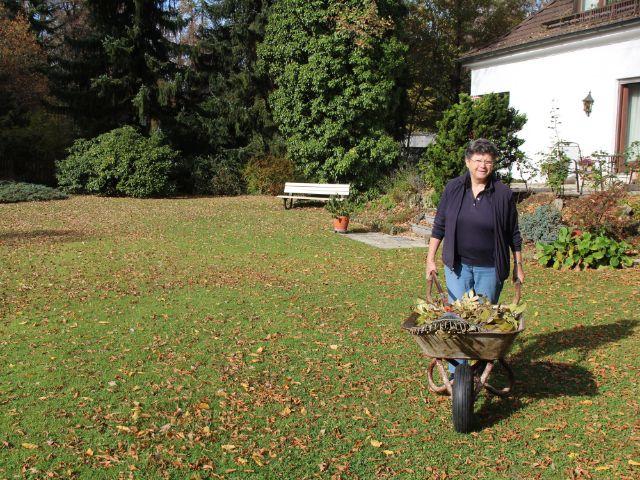 Frau bei der Gartenarbeit, Foto: Christian Brunner