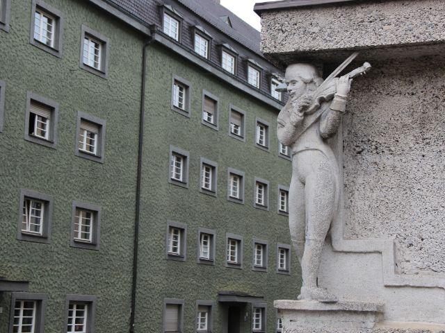 Häuserblock mit Statue, Foto: Christian Brunner