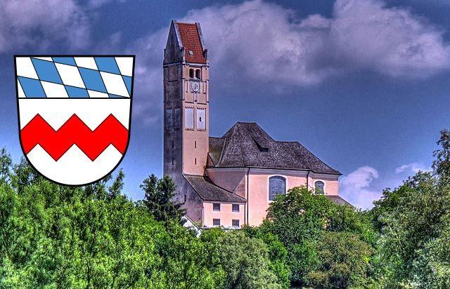 Bergkirchen, St. Johann Baptist mit Wappen Landkreis Dachau, Foto: Richard Huber, Wikimedia, CC BY-SA 3.0