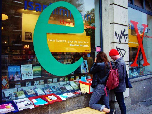 Buchhandlung mit Passanten