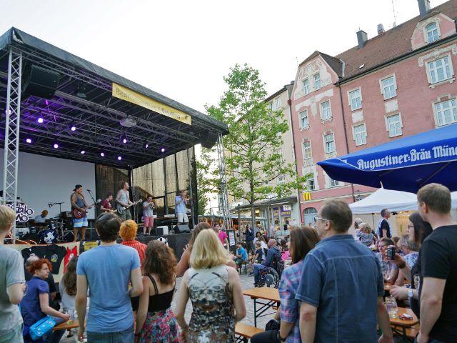 Biergarten-Atmosphäre in Sendling: Beim Harrasfest feierten die Münchner am Wochenende entspannt., Foto: muenchen.de/Vauelle