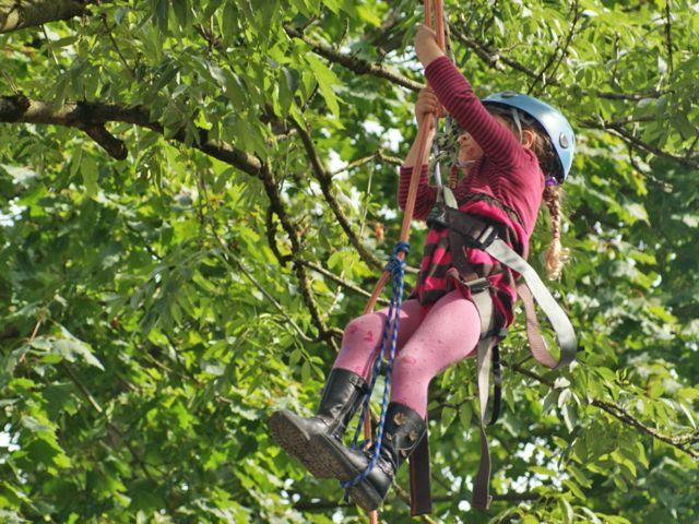 Kind beim Baumklettern, Foto: Tagwerk Ökokiste