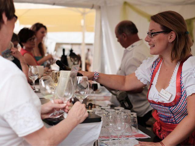 Wein-Pouring auf dem Pfälzischen Weinfest, Foto: muenchen.de/Filippo Steven Ferrara
