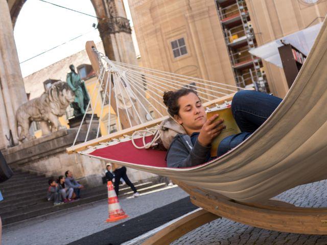 Münchner genießen die Leseaktion auf dem Odeonsplatz, Foto: muenchen.de/Lukas Fleischmann