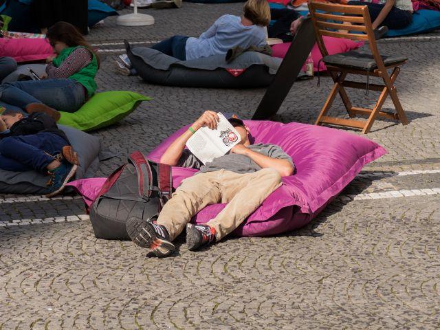 Münchner genießen die Leseaktion auf dem Odeonsplatz