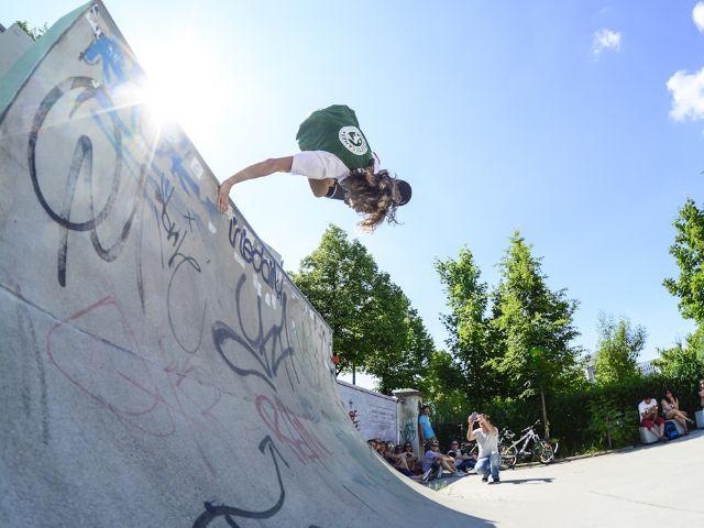 Skateboarder in einer Miniramp.