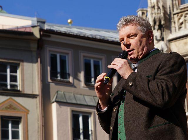 Oberbürgermeister Dieter Reiter beim Tanz der Schäffler auf dem Münchner Marienplatz., Foto: muenchen.de/Dan Vauelle