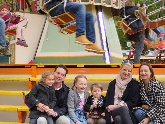 Auf der Auer Dult (von links): Marilov (4), Vater Felix, Filippa (9), Tassilo (3), Mutter Stefanie und Ina, die Schwester von Felix, Foto: muenchen.de / Dan Vauelle