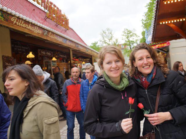 Zwei Mädels mit Rosen auf der Auer Dult (von links): die Beraterinnen Femke und Eline, Foto: muenchen.de / Dan Vauelle