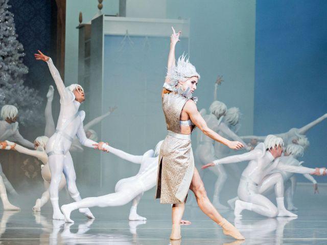 Rita Barão Soares (Schneekönigin), Ballettensemble des Staatstheaters am Gärtnerplatz, Foto: Marie-Laure Briane