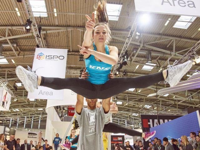 Akrobatischer Sprung bei der ISPO