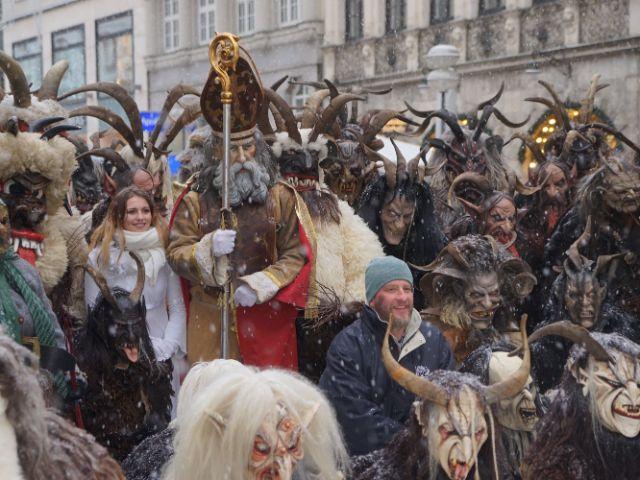Gruppenbild mit Krampussen, Foto: muenchen.de/ Dan Vauelle