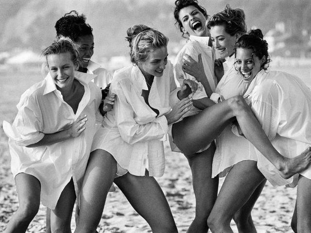 White Shirts: Estelle Léfebure, Karen Alexander, Rachel Williams, Linda Evangelista, Tatjana Patitz & Christy Turlington, Malibu, 1988, Foto: Peter Lindbergh (Courtesy of Peter Lindbergh, Paris / Gagosian Gallery)