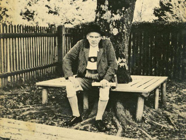 Oskar Maria Graf vor der Schule in Aufkirchen, Foto: Münchner Stadtbibliothek / Monacensia