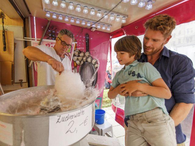 Stadtgründungfest: Kleiner Junge bekommt Zuckerwatte, Foto: Christian Kasper