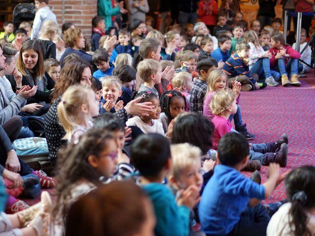 """Kinder bei Aufführung von """"Der Gasteig brummt"""", Foto: Andreas Merz"""