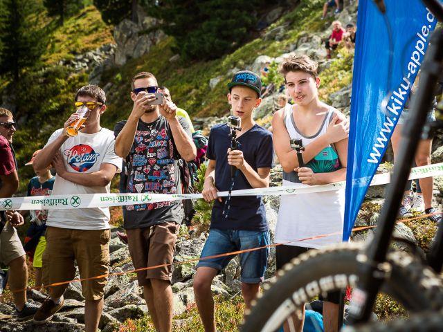 Jugendliche schauen Mountainbikern zu, Foto: David Malacrida