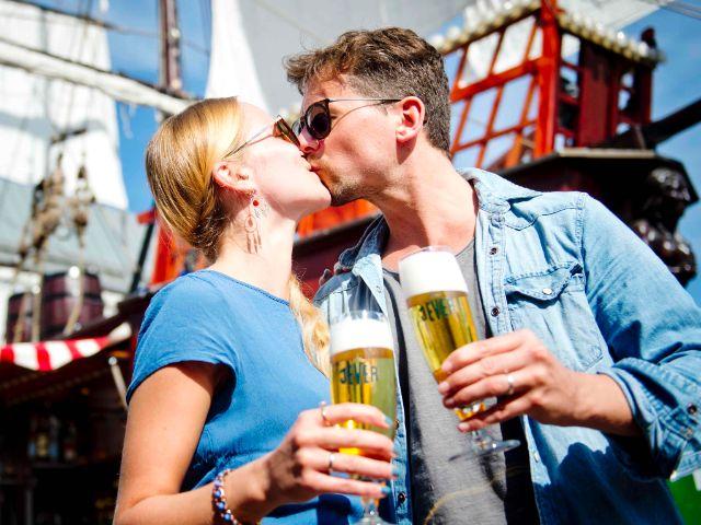 Pärchen küsst sich vor einem Schiff, Foto: Hamburger Fischmarkt