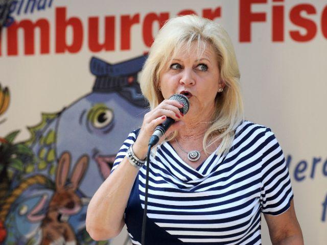 Dame auf der Bühne beim Hamburger Fischmarkt in München, Foto: Hamburger Fischmarkt