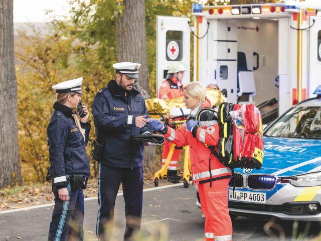 Polizisten und Rettungskräfte