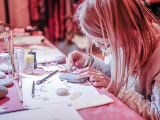 Mädchen bastelt beim Markt der Sinne, Foto: Markt der Sinne