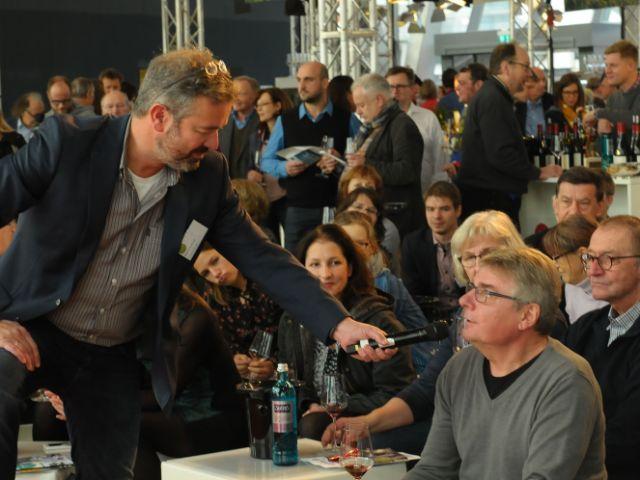 Wanderexperte Manuel Andrack im Gespräch mit dem Publikum bei der Wandershow, Foto: Deutsches Weininstitut (DWI)