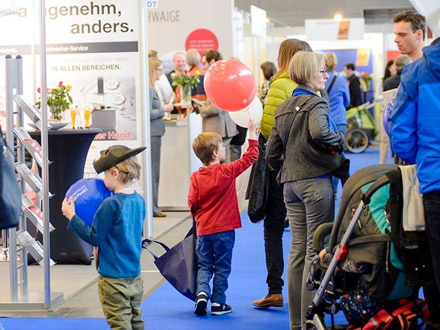 Familie mit Luftballons auf der Münchner Immobilien Messe, Foto: Münchner Immobilien Messe