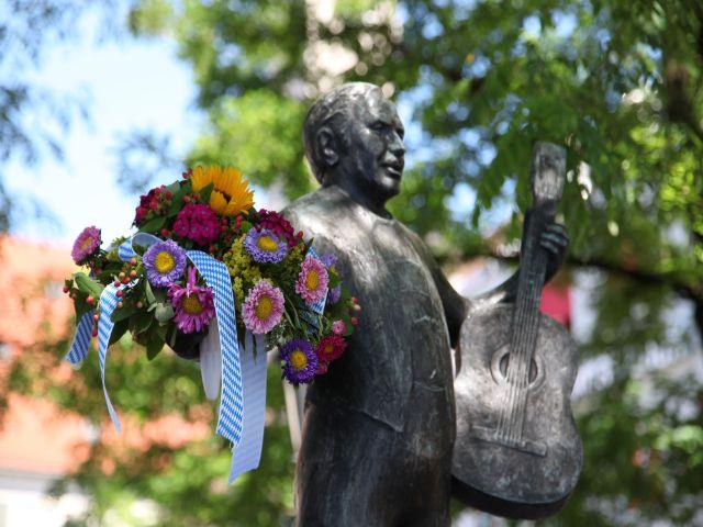Brunnenfest Viktualienmarkt 2013 Figur mit Blumen im Arm