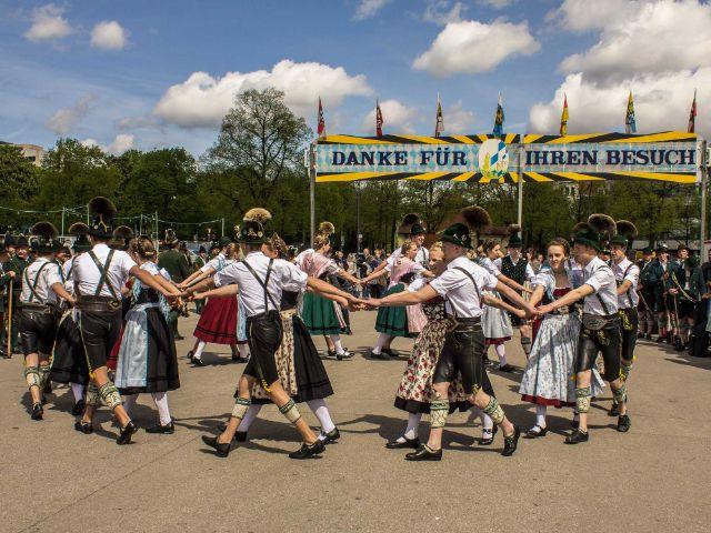 tanzende Trachtengruppe