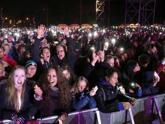 """Zuschauer auf dem Königsplatz beim Konzert """"Wir. Stimmen für geflüchtete Menschen"""", Foto: Michael Nagy/Presseamt München"""