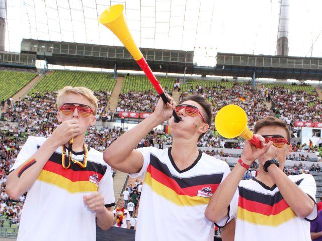 Fußball-Fans mit Tröten