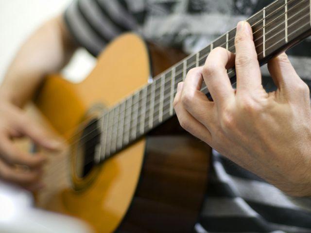 Mann an Akustikgitarre