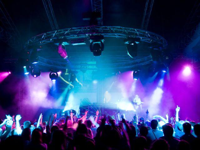 Partymenge in Diskothek