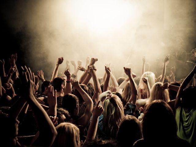 Jubelnde Menge vor Konzertbühne