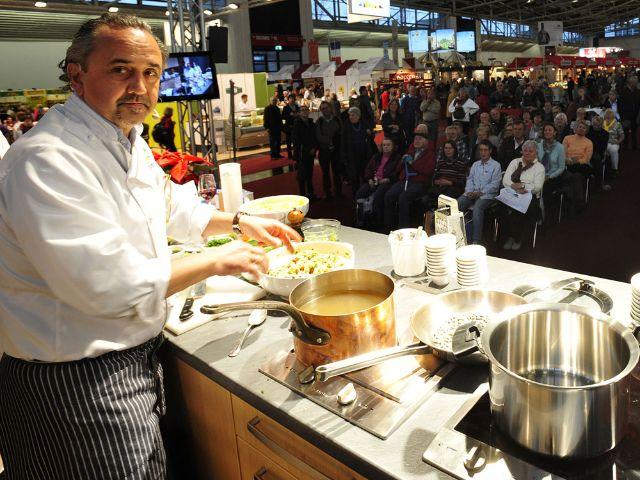 Ein Koch zeigt auf der Food & Life in München sein Können.