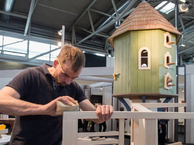 Messeimpressionen Handwerk & Design 2016: Schreiner Philipp von Manz aus Breitenberg zeigt sein Können in der Sonderschau EXEMPLA, Foto: GHM