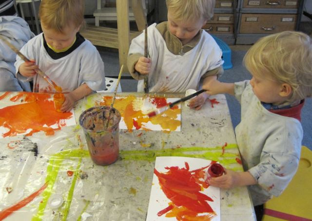Kinder malen mit Wasserfarben auf dem Kinder-Kultur-Sommer München., Foto: KiKS