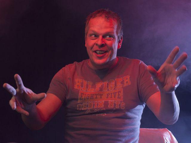Karsten Kaie als Caveman., Foto: Jörg Reichhardt