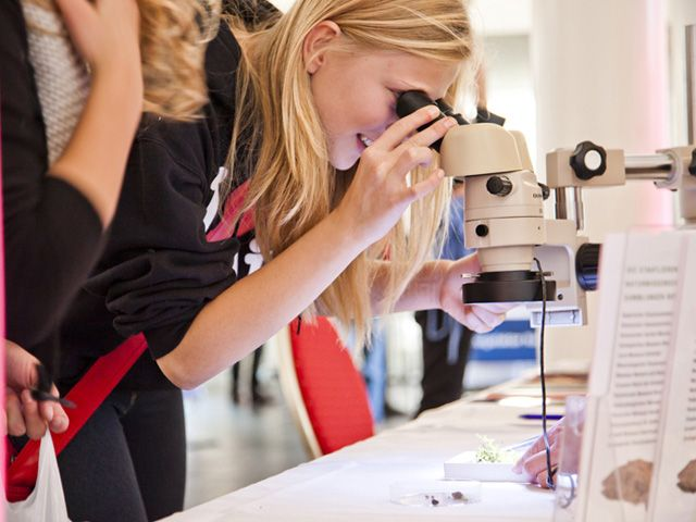 Mikroskop gucken, Foto: Münchner Wissenschaftstage