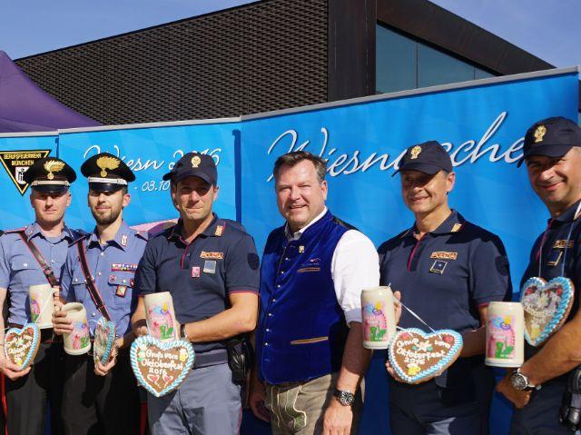 Josef Schmid mit Einsatzkräften aus Italien und Frankreich.