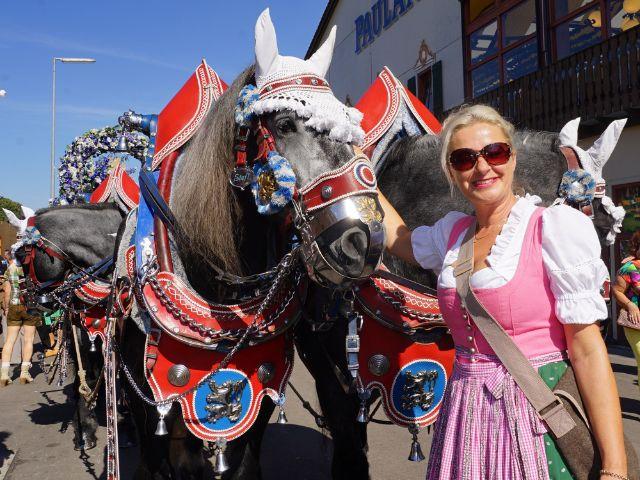 Frau mit Pferd auf Oktoberfest