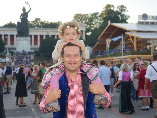 Vater und Tochter bei Oktoberfest, Foto: muenchen.de/ Dan Vauelle