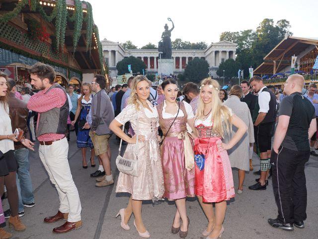 Wiesn Mädels vor Bavaria