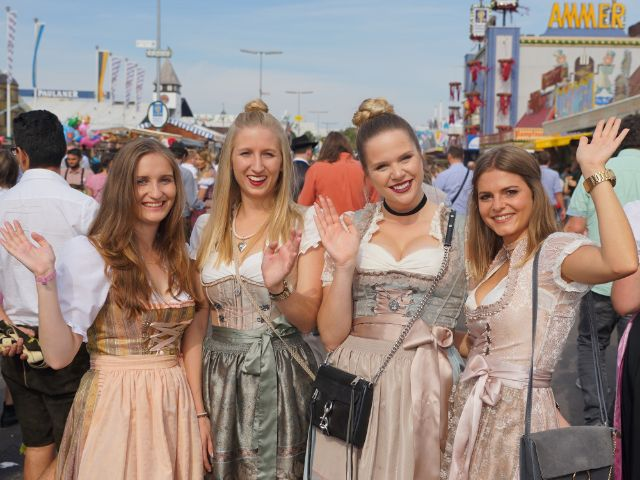 Wiesn Mädels winken, Foto: muenchen.de/ Dan Vauelle
